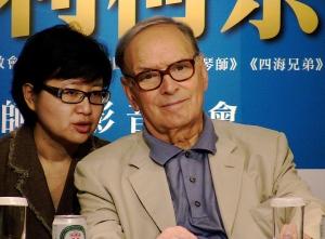 經典電影配樂大師莫利柯奈(右)在抵台記者會中專注聆聽翻譯解說。(林筱穎攝)