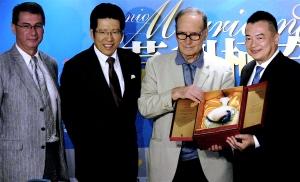 5月31日莫利柯奈在小巨蛋的隆重巨獻,贊助單位與在台義大利協會理事長一同祝賀並送上珍貴名酒。(林筱穎攝)