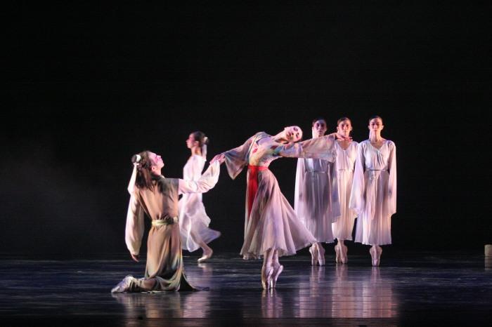 《牡丹亭》劇照之一(高雄城市芭蕾舞團提供)