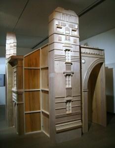 高俊宏,《失敗者大敘事》,2009,木作:50(L)x260(W)x330(H)cm(曾鈴雅攝)