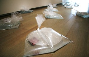 邱學盟,《漂流的禱》,2009,塑膠袋、水、照片,尺寸依空間設置 (曾鈴雅攝)