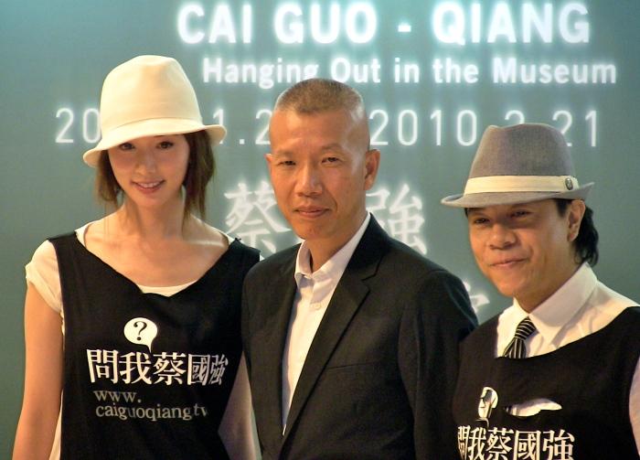 藝術家蔡國強(中)邀請林志玲(左)與蔡康永(右)一起去《蔡國強 泡美術館》(林筱穎攝)