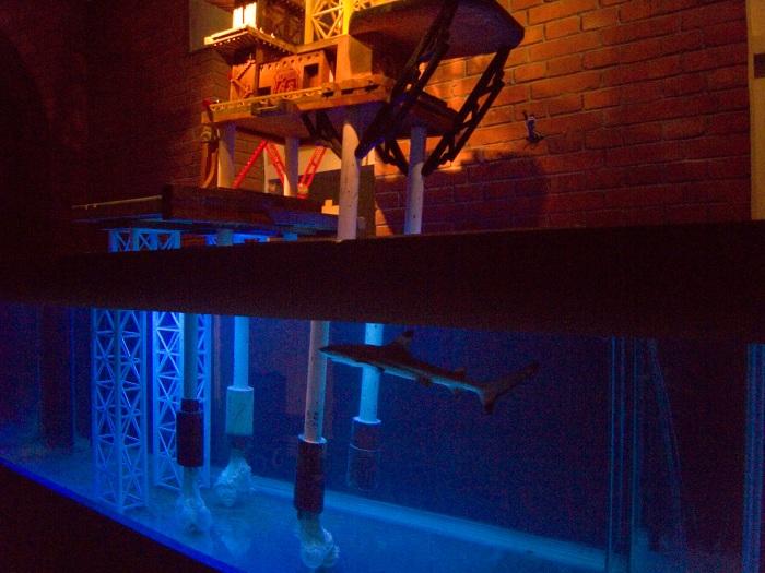 《南海油氣專線1號 東站-MOCA》石油平台裝置與暗喻海底世界的鯊魚構成藝術家心中對當今能源危機的概念。王邁(台北當代藝術館提供)