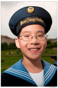 何冠緯--著維也納少年合唱團制服照片(傳大藝術)